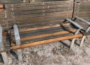 Oprava a obnova nátěru laviček v památkově chráněné zóně (stav před nátěrem, 2017 )